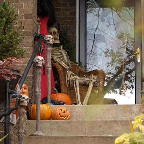 halloween, skulls, pumpkin, halloween de corations, pumpkin carving, Jack o' lantern, jack o lantern, Jack-o'-lantern, pumpkins, porch, decor, outdoor, outdoors, front porch, carved pumpkins, pumpkin carvings, outdoor halloween decoration, outdoor halloween decorating